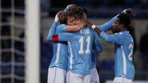 ROME, ITALY - MARCH 13: Miroslav Klose (L) with his teammates of SS Lazio celebrates after scoring the opening goal during the Serie A match between SS Lazio and Atalanta BC at Stadio Olimpico on March 13, 2016 in Rome, Italy. (Photo by Paolo Bruno/Getty Images)